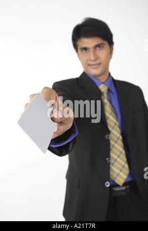Exekutive halten silberne Kreditkarte - Stockfoto