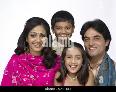 Südasiatische indische Familie mit Vater Mutter Sohn und Tochter tragen Tracht Kurta Pyjama - Stockfoto