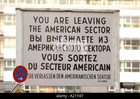 Festschrift Zeichen am Checkpoint Charlie Grenzübergang zwischen Ost- und West-Berlin - Stockfoto