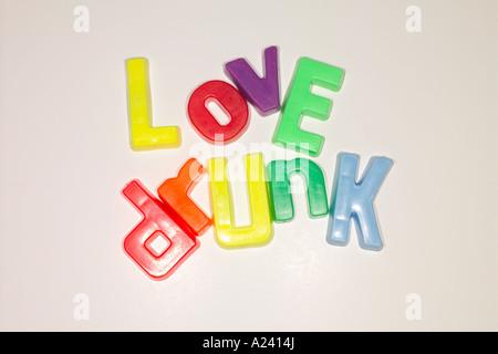 Lieben Sie betrunken mit Kühlschrank Magnet Buchstaben geschrieben. - Stockfoto