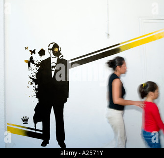 Eco-Graffiti an der Wand mit zwei Mädchen zu Fuß übergeben verschwommen. - Stockfoto
