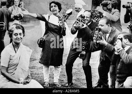 erste Frau Fotojournalist des Indien Homai Vyarawalla während einer Foto-Session mit Premierministerin Indira Gandhi - Stockfoto