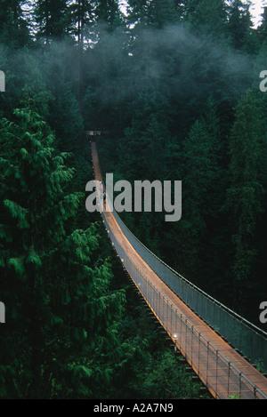 Capilano Suspension Bridge ist eine beliebte Touristenattraktion in Vancouver, British Columbia, Kanada. - Stockfoto
