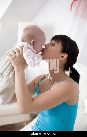 Mutter ihr Baby küssen - Stockfoto