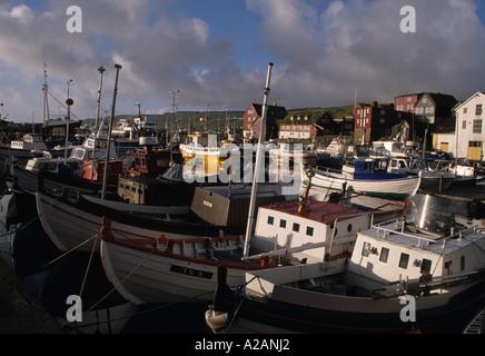 Traditional-Doppelzimmer endete Angelboote/Fischerboote auf ein altes Viking Design im Hafen von Tórshavn Hauptstadt - Stockfoto