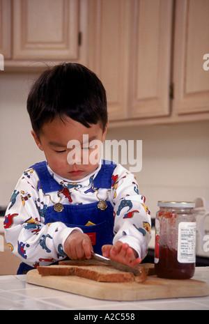 Japanische amerikanische Pre-k 3-4 jährige zu Hause lernen, ein Sandwich POV Herr © Myrleen Pearson - Stockfoto