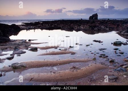 Spiegel wie Felsenpool mit Sand Muster auf Thurlestone Sands Strand Devon UK - Stockfoto
