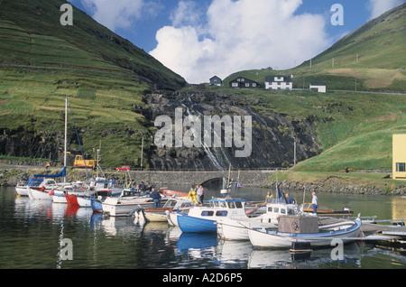 Angelboote/Fischerboote am Meer in der Färöer-Färöer-Inseln-Dänemark - Stockfoto