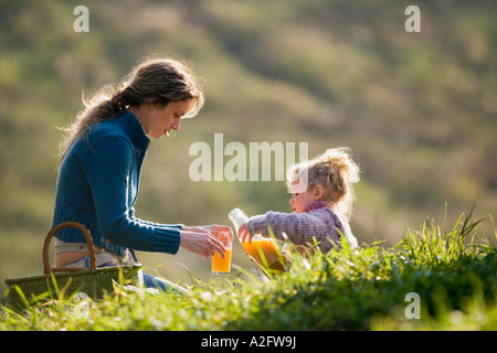 Mutter mit Tochter in Wiese, Mutter Saft in Strömen - Stockfoto