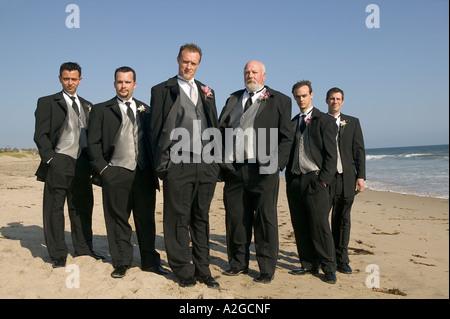 Porträt der Bräutigam mit seinem Vater und Trauzeugen bei Hochzeit in Malibu, Kalifornien - Stockfoto