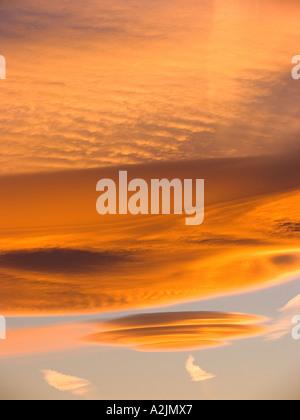 Goldene Lentikularwolkenformationen in Andalucia. Spanien - Stockfoto
