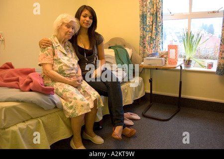 Porträt junger Mädchen/Teenager /care Arbeiter mit sehr alten Dame / Großmutter im Pflegeheim - Stockfoto