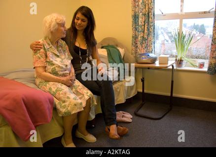 Frau/Jugendlicher /care Arbeitskraft Besuch sehr alte Dame / Großmutter im Pflegeheim - Stockfoto