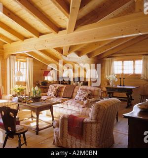 Wohnzimmer Mit Balkendecke In Einem Traditionellen Chalet Der Schweiz