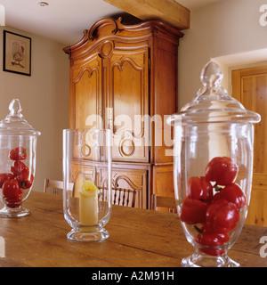 Tisch-Dekoration der Paprika im Glas Glocke mit antiken Schrank im Hintergrund - Stockfoto