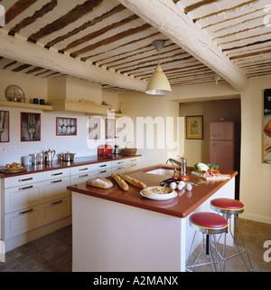 Barhocker Bei Kücheninsel In Raum Mit Balkendecke   Stockfoto