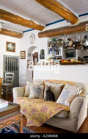 franz sische landhausk che wohnzimmer in balkendecke und sofa stockfoto bild 10556497 alamy. Black Bedroom Furniture Sets. Home Design Ideas