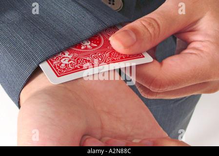 Womans Hände ziehen verdeckte Karte heraus aus Ärmel - Stockfoto