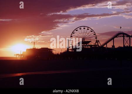 Sonnenuntergang am Santa Monica Pier und State Beach in Los Angeles Kalifornien USA - Stockfoto