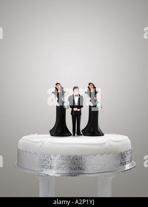 Bräutigam und Brautjungfer Figuren auf einer Hochzeitstorte - Stockfoto