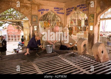 Indien Rajasthan Jodhpur alte Stadt ältere Besucher aus dem Westen in gut abgedeckt - Stockfoto
