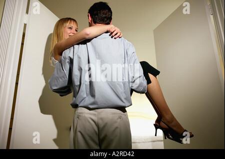 Ein Mann mit Frau durch Tür - Stockfoto
