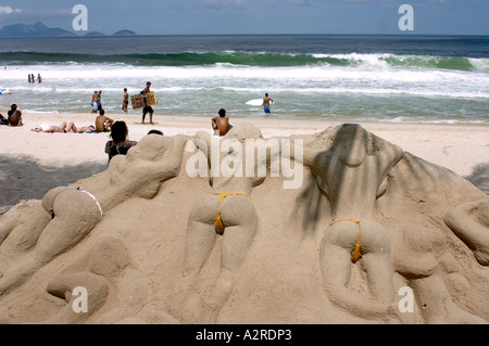 sandskulpturen von frauen im bikini sonnen copacabana strand rio de janeiro brasilien stockfoto. Black Bedroom Furniture Sets. Home Design Ideas