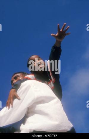 7 Jahre alten afrikanischen amerikanischen Jungen auf Väter Schulter - Stockfoto