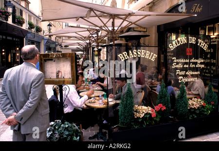 Paris Frankreich französisches Café Pub Wein Brasserie - Stockfoto