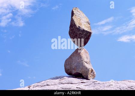 Zwei Felsen ausgeglichen bis zur Perfektion - Balance-Konzept - Stockfoto