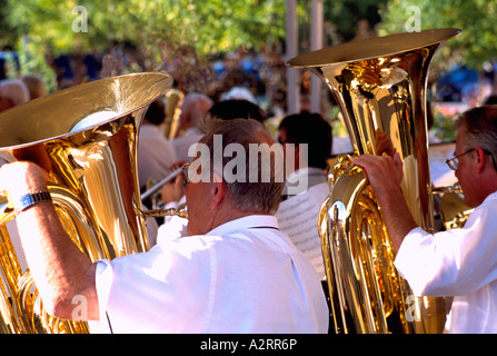 Senior Men Tubas in einer Band spielen - Stockfoto