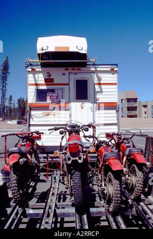 RV Camper Pick-up Ruderboot auf Dach tragen und ziehen Anhänger geladen mit Motocross Dirt Bikes - Stockfoto