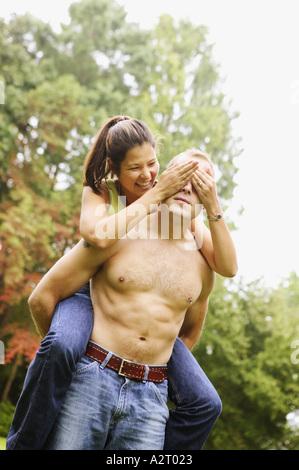 Junger Mann geben Freundin eine Huckepack Fahrt - Stockfoto