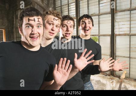 Vier junge Männer mit Hi Mom auf ihrer Stirn - Stockfoto