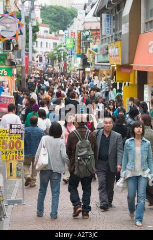 Shopper drängen sich die Straßen entlang Takeshita Dori im Stadtteil Harajuku, Shibuya Station Tokio Japan - Stockfoto
