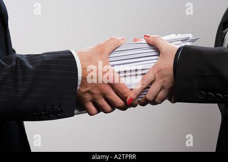 Mann und Frau mit Papierkram - Stockfoto