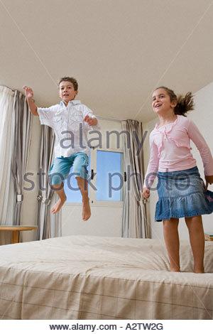 Kinder springen auf Bett - Stockfoto