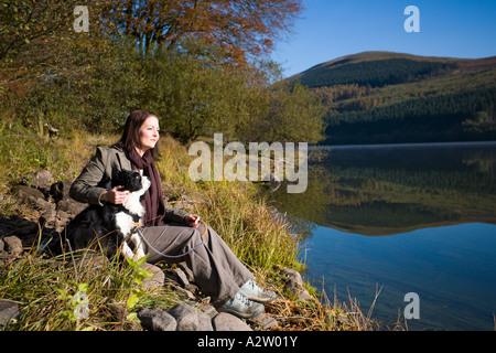 Frau mit Hund im Herbst, Wanderungen Reservoir, Brecon Beacons NP, Wales, GB - Stockfoto