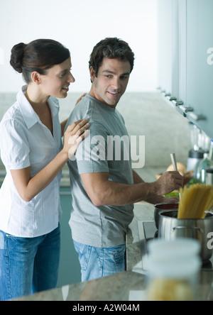 Paar, gemeinsames Kochen in der Küche - Stockfoto