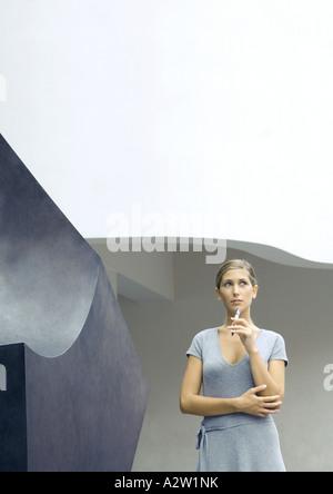 Frau stand neben Skulptur, Pferch bis zum Kinn - Stockfoto