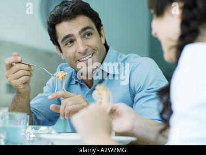 Vater und Tochter Pasta Essen - Stockfoto