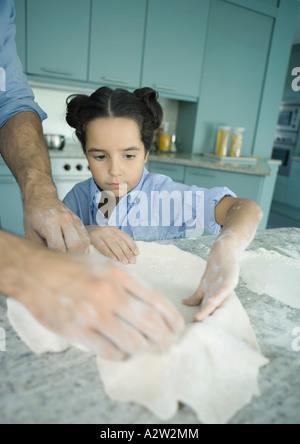 Vater und Tochter machen Tortenboden - Stockfoto