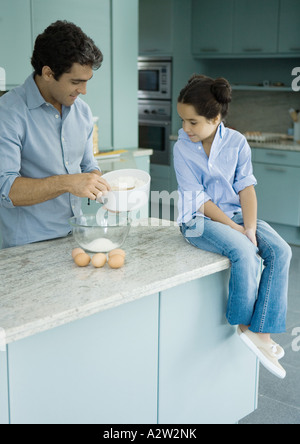 Vater und Tochter gemeinsam kochen - Stockfoto
