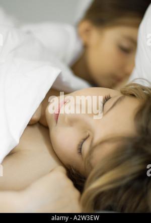 Kinder schlafen im Bett - Stockfoto
