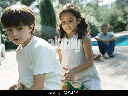 Jungen und Mädchen spielen im freien - Stockfoto