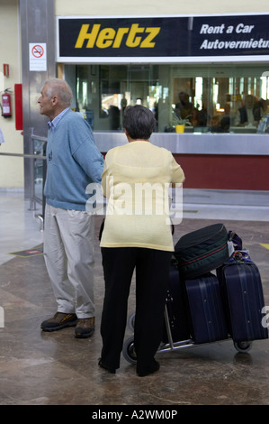teneriffa s d flughafen hertz car rental warteschlange stockfoto bild 76796351 alamy. Black Bedroom Furniture Sets. Home Design Ideas