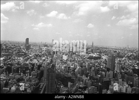 Tokio und die Wolkenkratzerviertel Nishi-Shinjuku in der Ferne gesehen von Ebisu Turm, Ebisu, Tokyo, Japan - Stockfoto