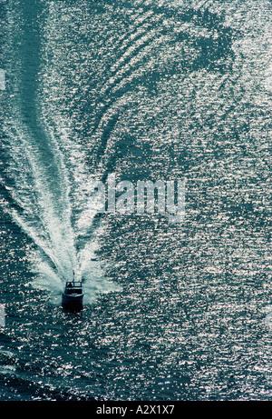 Luftaufnahme von Motorboot mit Wake on silbrigen Meer. - Stockfoto