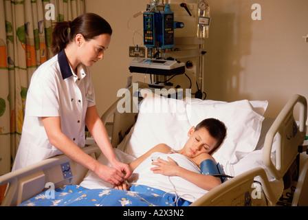 Krankenschwester Behandelt Kerl Auf Armeestützpunkt