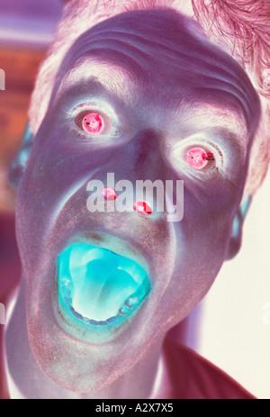 Close-up Portrait des Mannes Gesicht schreien. Surreal. Negatives Image. - Stockfoto